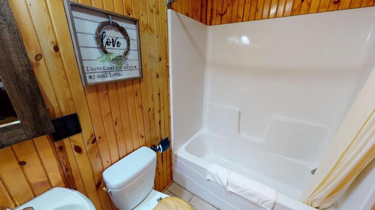 Hocking Hills Cabins Honeymoon bathtub