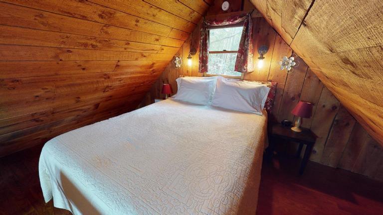 Hocking Hills Cabins Honeymoon bed