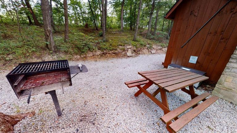 Hocking Hills Cabins Honeymoon charcoal grill