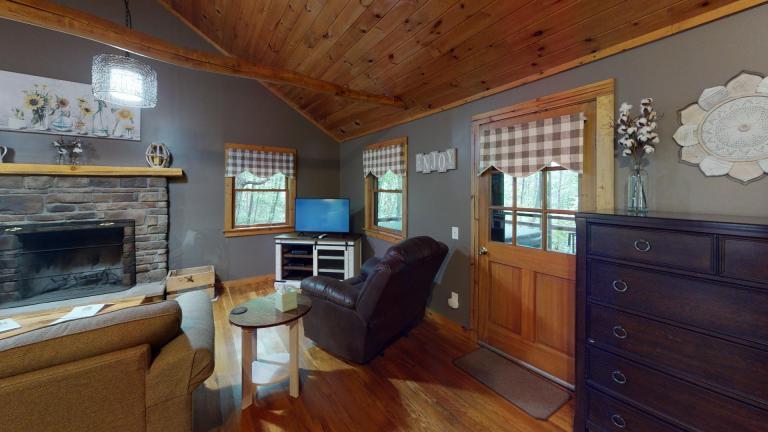 Hocking Hills Cabins Nestled Away Living Room