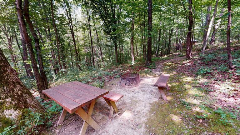 Hocking Hills Cabins Nestled Away picnic table